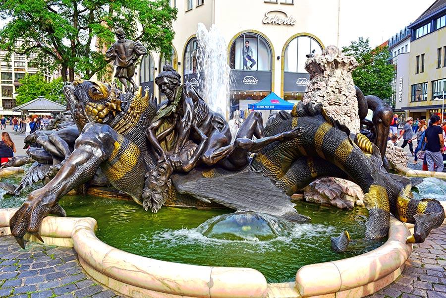 Šis veržlus vokiečių fontanas nusako liūdną vedybų eigą nuo pasimatymo iki mirties.