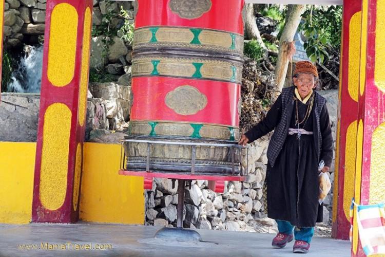 Lehas. Moteris suka maldos ratą