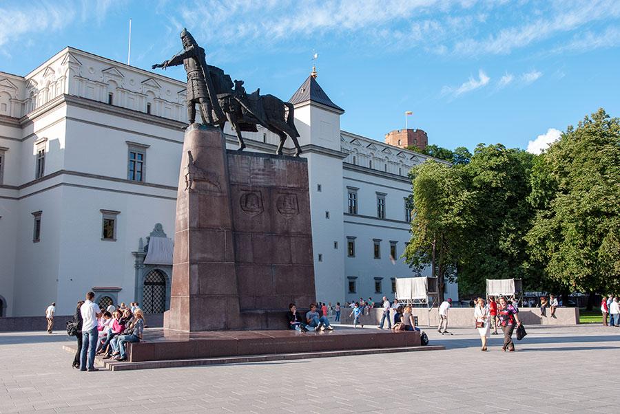 Gedimino paminklas, Valdovų rūmai ir Gedimino pilies bokštas