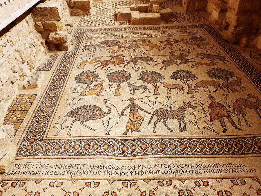 Senosios Mozės bazilikos grindų mozaikos likučiai
